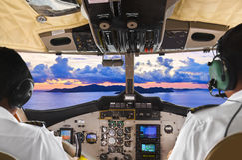 Piloten im flachen Cockpit und in der Insel lizenzfreie stockfotografie