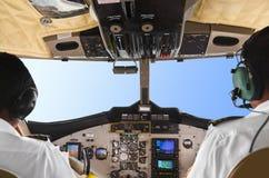 Piloten im flachen Cockpit und im Himmel stockfotografie