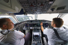 Piloten im Flugzeugcockpit stockfotos