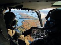 Piloten im Hubschrauber Stockfotos