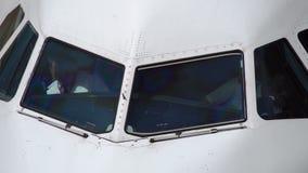 Piloten innerhalb der Kabine des Flugzeuges wartend, um zu fliegen stock video