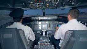 Piloten nehmen das Flugzeug weg in einem Flugsimulator 4K