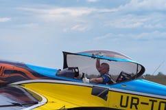 Piloten tackar åhörarna för deras service under hans inledning Arkivbilder