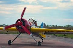 Piloten tackar åhörarna för deras service under hans inledning Arkivfoto