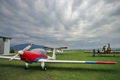 Piloten und helle Flugzeuge lizenzfreie stockfotografie
