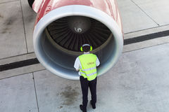 Piloten under går omkring Arkivbild
