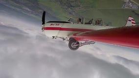 Piloten utför konstflygningdiagram med passageraren i lilla Yakovlev 52 arkivfilmer