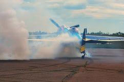 Piloten visar expertisen av att kontrollera flygplanet på landningsbanan Arkivfoton