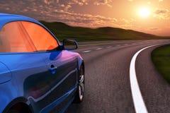 Piloter de véhicule bleu par l'autoroute dans le coucher du soleil Photo libre de droits