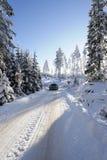 Piloter de véhicule par l'hiver neigeux Photo stock