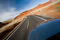 Piloter de véhicule sur la route Photographie stock libre de droits