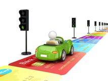 Piloter de véhicule vert sur une route faite de cartes de crédit. Images libres de droits