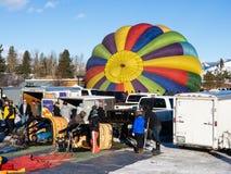 Piloter för ballong för varm luft som förbereder sig för flyg Fotografering för Bildbyråer