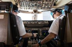 Piloter i cockpit Fotografering för Bildbyråer