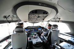 Piloter i cockpiten av Qatar Airways Boeing 787-8 Dreamliner på Singapore Airshow Arkivfoto