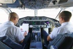 Piloter i flygplancockpit Royaltyfria Bilder