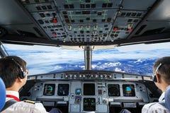 Piloter i nivåcockpiten fotografering för bildbyråer