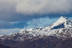 Piloter l'avion dans les montagnes Photos libres de droits