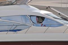 Piloter l'hublot de pièce du yacht images stock