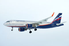 Piloter le ` de Leo Tolstoy de ` d'Airbus A320 VP-BAC Aeroflot en ciel nuageux Photographie stock