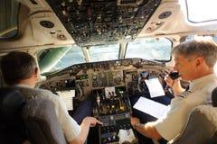 Piloter som förbereder flygplan för tagande-av Royaltyfri Fotografi