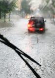 Piloter sous la pluie image libre de droits