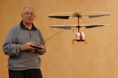 Piloter un hélicoptère minuscule Photographie stock libre de droits