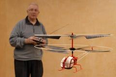 Piloter un hélicoptère minuscule Images stock