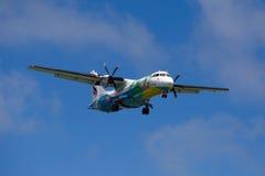 Piloter une ligne aérienne Bangkok Airways d'avion au-dessus de l'île de Koh Samui, la Thaïlande Image libre de droits