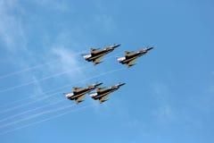 Pilotes acrobatiques aériens d'équipe de F-16 Gripen et du 1er août Photo libre de droits