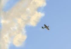 Pilotes acrobatiques aériens s'exerçant dans le ciel bleu, avions avec de la fumée colorée de trace Photographie stock libre de droits