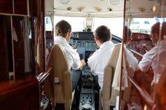Pilotes actionnant des contrôles de jet privé photo libre de droits