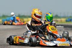 Pilotes concurrençant dans le championnat national de Karting photographie stock libre de droits