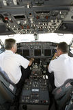Pilotes d'avion dans la carlingue préparant au décollage Images stock