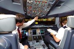 Pilotes dans des aéronefs après l'atterrissage Photographie stock