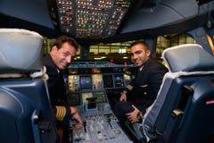 Pilotes dans des avions d'Airbus A380 d'émirats après le débarquement Image stock