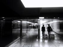 Pilotes dans un aéroport Photo libre de droits