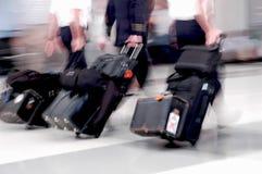Pilotes de compagnie aérienne dans le mouvement Photographie stock libre de droits