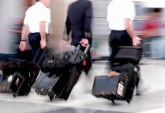 Pilotes de compagnie aérienne dans le mouvement Images stock