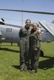 Pilotes non identifiés d'hélicoptère après démonstration de lutte contre les mines pendant la semaine 2014 de flotte Image libre de droits