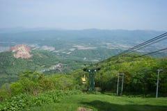 Piloti l'albero del canestro e l'imbracatura per porta la gente su e giù l'alta montagna Fotografia Stock