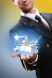 Piloto bajo la forma de ampliar una mano al aeroplano fotografía de archivo libre de regalías