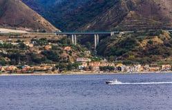 Piloto Boat Along la orilla de Italia en el estrecho de Messina Foto de archivo libre de regalías