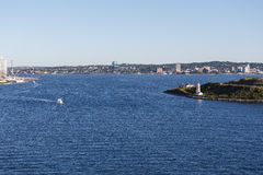 Piloto Boat Cruising de Halifax cerca del faro foto de archivo