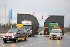 Piloto Cars y dos camiones que acarrean cargas de gran tamaño Fotos de archivo