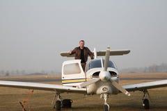 Piloto com os aviões após a aterrissagem Imagens de Stock