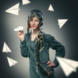 Piloto da mulher, jogando com aviões de papel Fotos de Stock Royalty Free