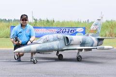 Piloto de Chanatip Seevaranont del avión del control de radio en Jet Thailand Competition 2016 tailandia Imagenes de archivo