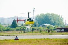 Piloto de Eurocopter AS-350 en airshow Imagenes de archivo