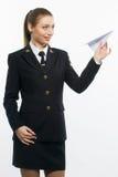 Piloto de la chica joven que sostiene un aeroplano de papel Imagen de archivo